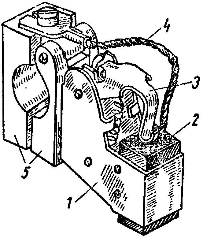 Щеткодержатель со щеткой в машине постоянного тока